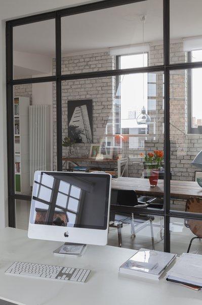 办公室现在连接到主要的生活空间,但与主要的生活空间是分开的。在这里,配饰和颜色被保持在最低限度,让房主保持冷静和专注。