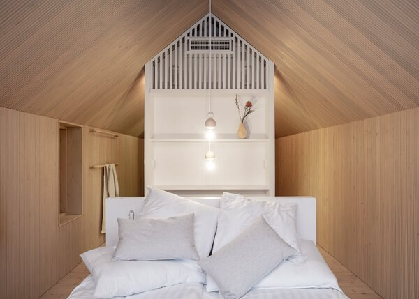The wood-clad interior provides a cozy atmosphere, healthy air, and pleasant acoustics thanks to the finger paneling on the walls.