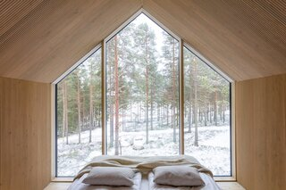 You can truly sleep amongst the trees in this cozy cabin, enjoying all that nature has to offer.