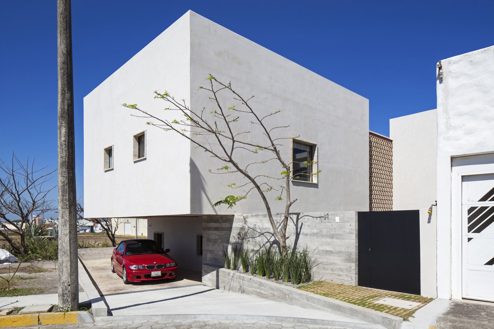 Kitchen South Facade: Garage.  Casa Iguana by OBRA BLANCA