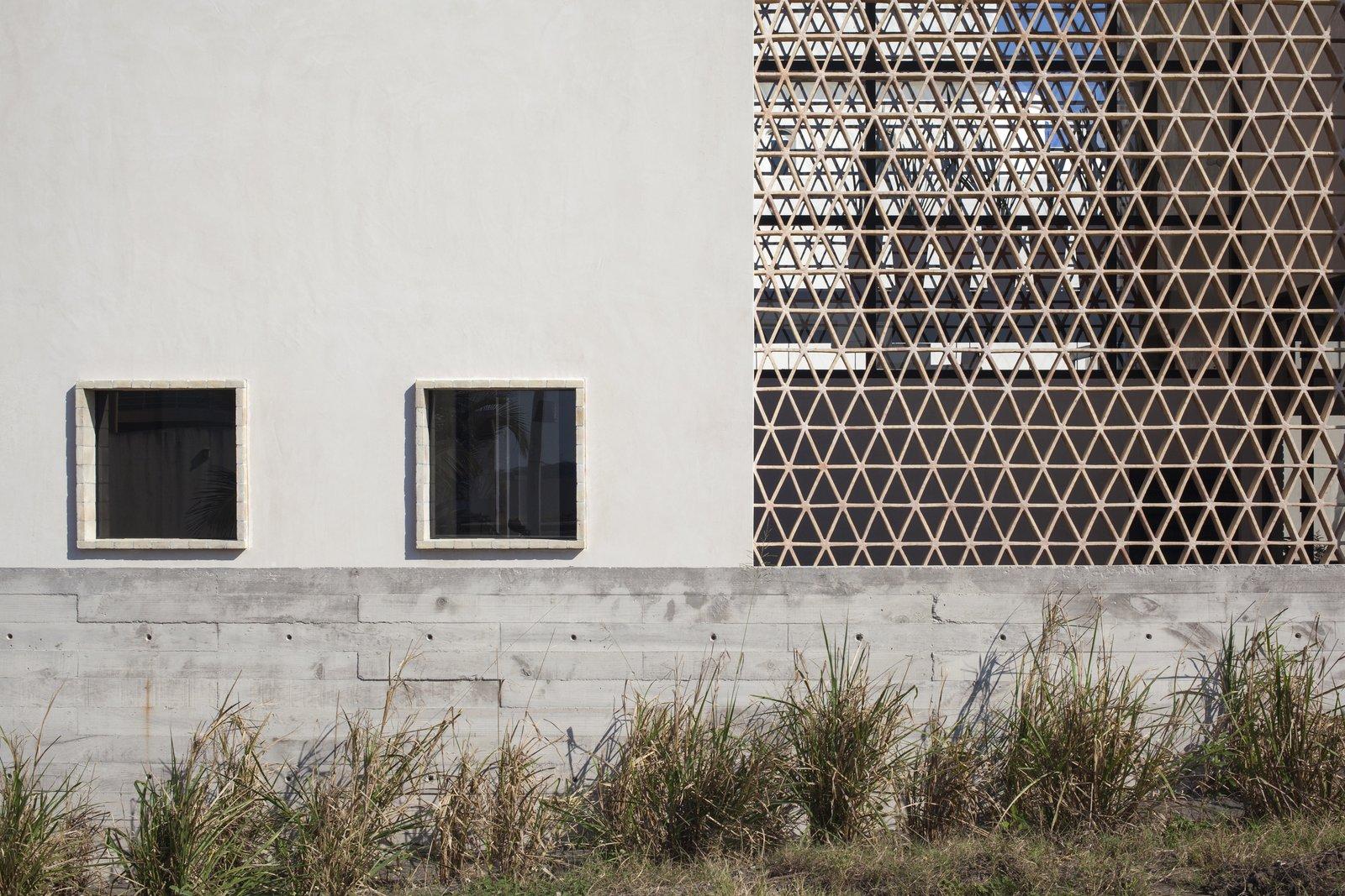 Outdoor and Horizontal Fences, Wall Concrete, clay bricks and chucum.  Casa Iguana by OBRA BLANCA