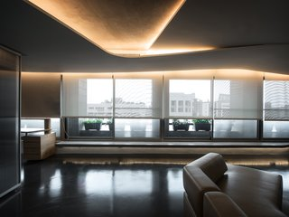 The newly added curvy ceiling that is arranged for the purpose of wiring utility dispersal as well as the original upper concrete floor together imply the idea of tearing a surface into multiple layers which further implicitly reveals the spatial relationship.