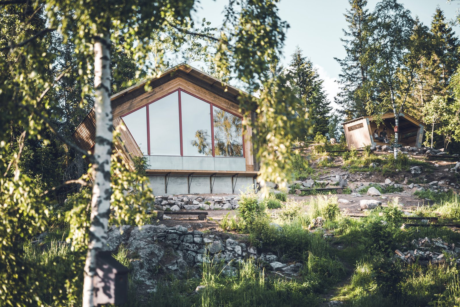A traditional gapahuk shelter and an outhouse are some of the amenities offered at Fuglemyrhytta.
