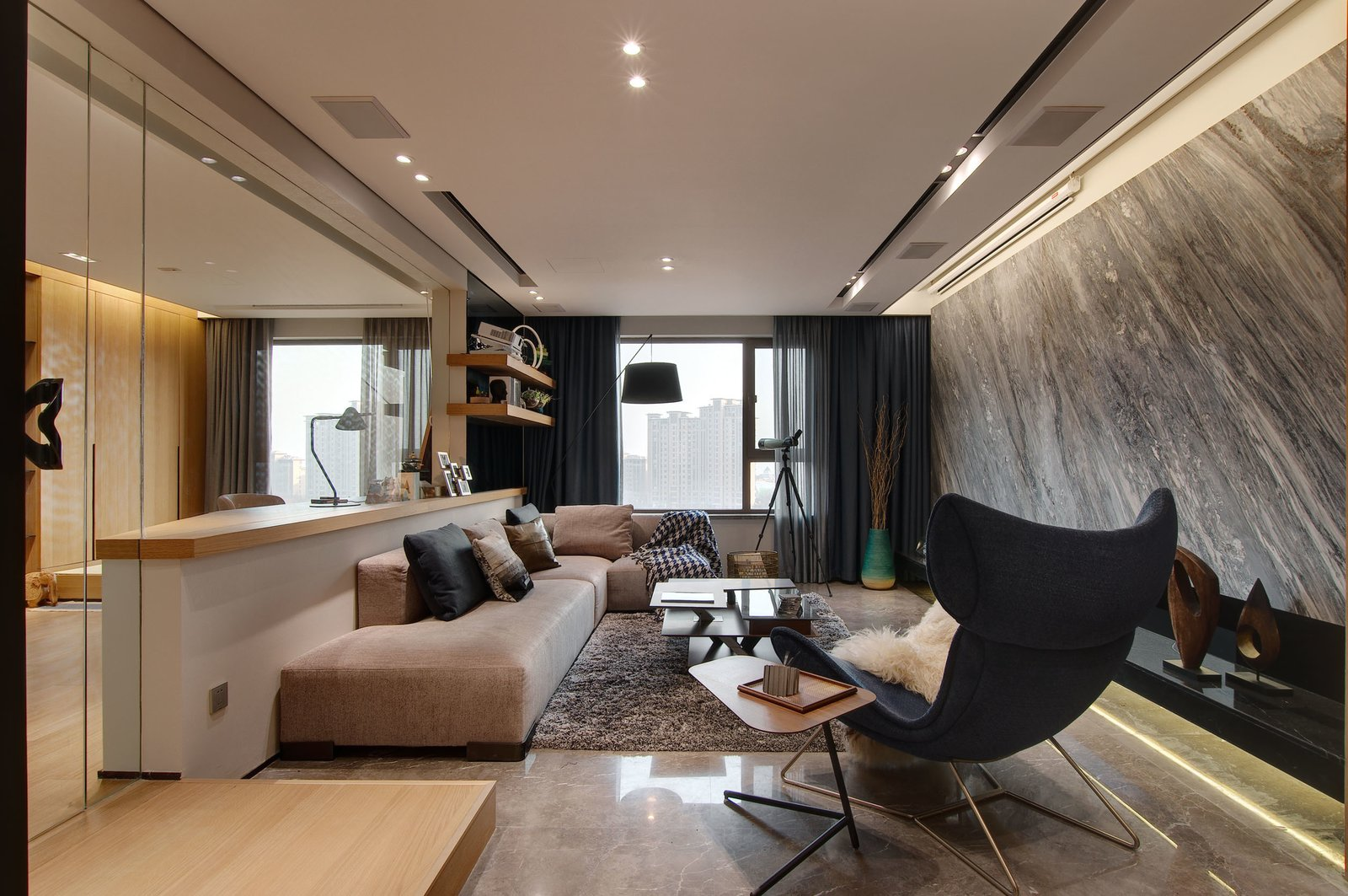The design team has fused the natural vista captured by the line of sight with a   140㎡ residence, and used natural materials such as wood, stone, and fabric to create a relaxing atmosphere.  During the strolling