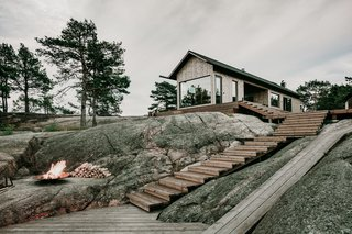 The expansive pine decks root the two cabins into their rocky surroundings.