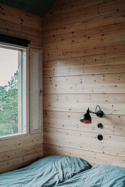 Inside the cabins, perimeter walls are constructed from log frames and dividing walls consist of Thermowood fir panels.