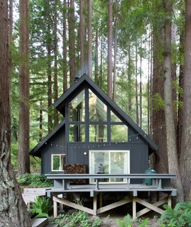 San Francisco–based Studio PLOW brought its sleek aesthetic from the big city to the redwood forest, transforming this weekend retreat from dark and dated to bright and modern.