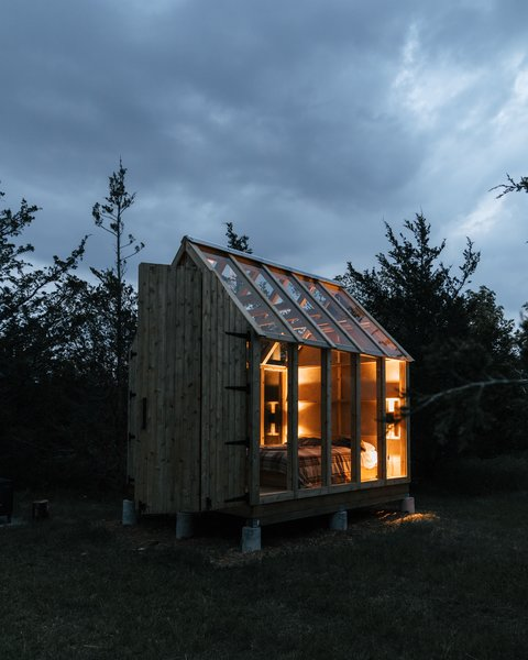 Like a lit lantern, the glass cabin emits a soft, warm glow in the evenings.