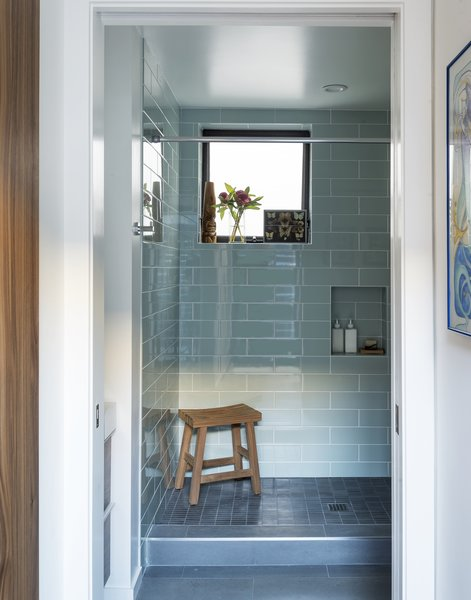 The downstairs bathroom of Santa Monica Connect 4L with the semigloss wall tile from Daltile and the floor tile by Deko.