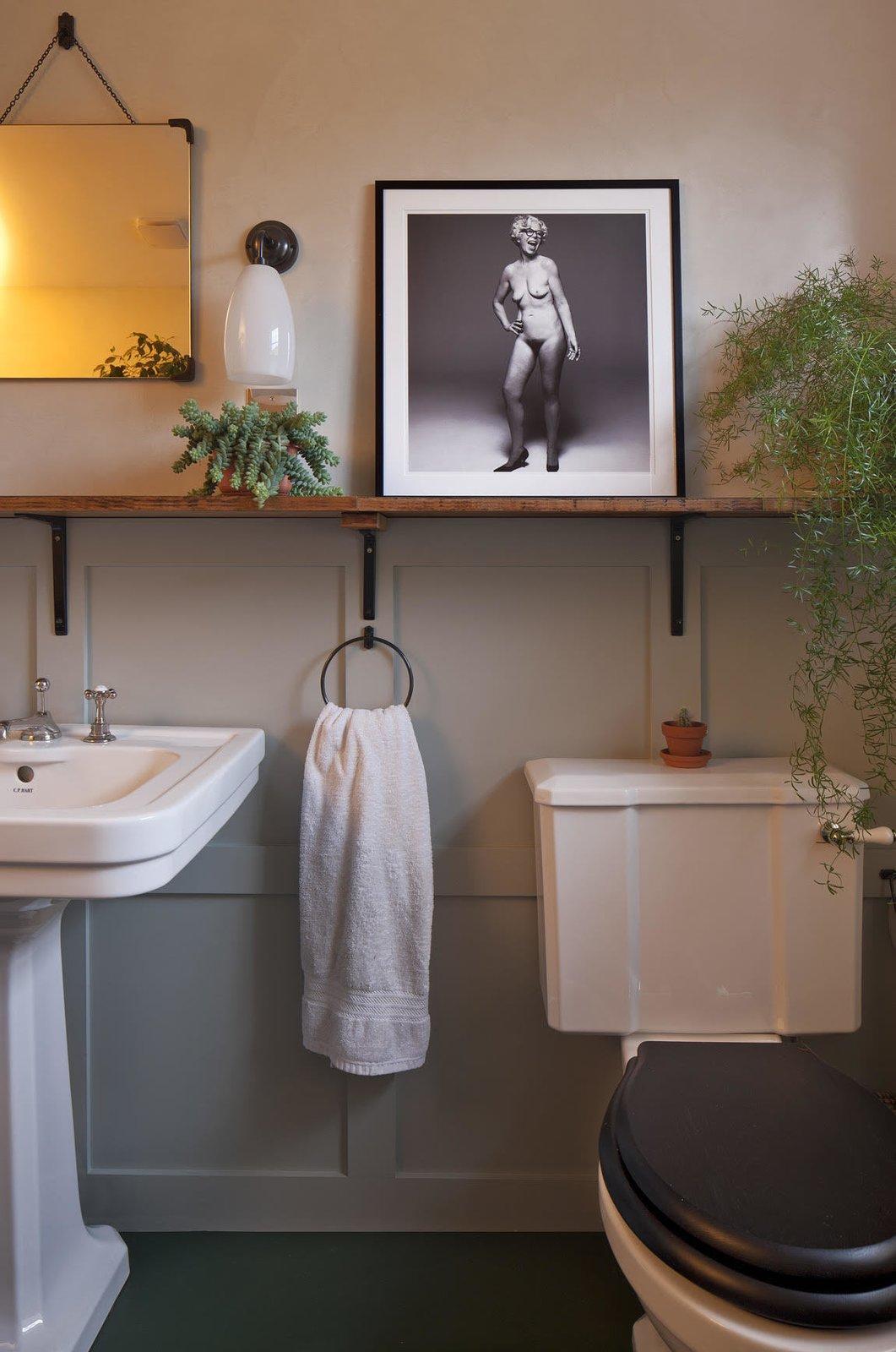 Béton Brit bathroom with vinyl floors