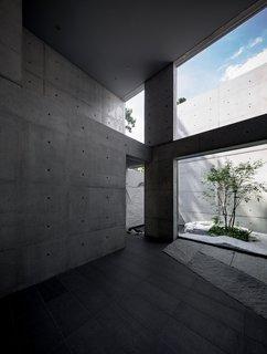 Phòng khách Fujita bao gồm cuộc sống trong nhà / ngoài trời với trần nhà cao và tường đầy đủ mở ra bên ngoài.