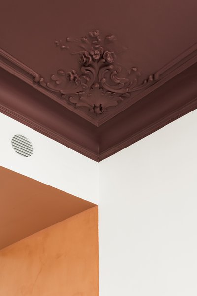 The art nouveau corner plaster motifs were restored, while an entire corner in the living room had to be replaced with a new cast of the moulding.