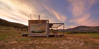An Off-the-Grid Prefab in Australia Uses Salvaged Iron as Camo