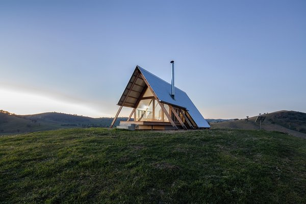 JR's Hut is an off-grid glamping destination near Gundagai, NSW.