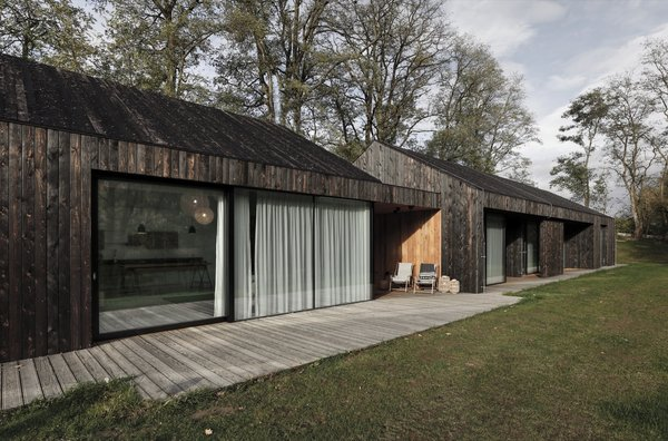 The gutter is concealed to preserve the home's minimalist appearance.