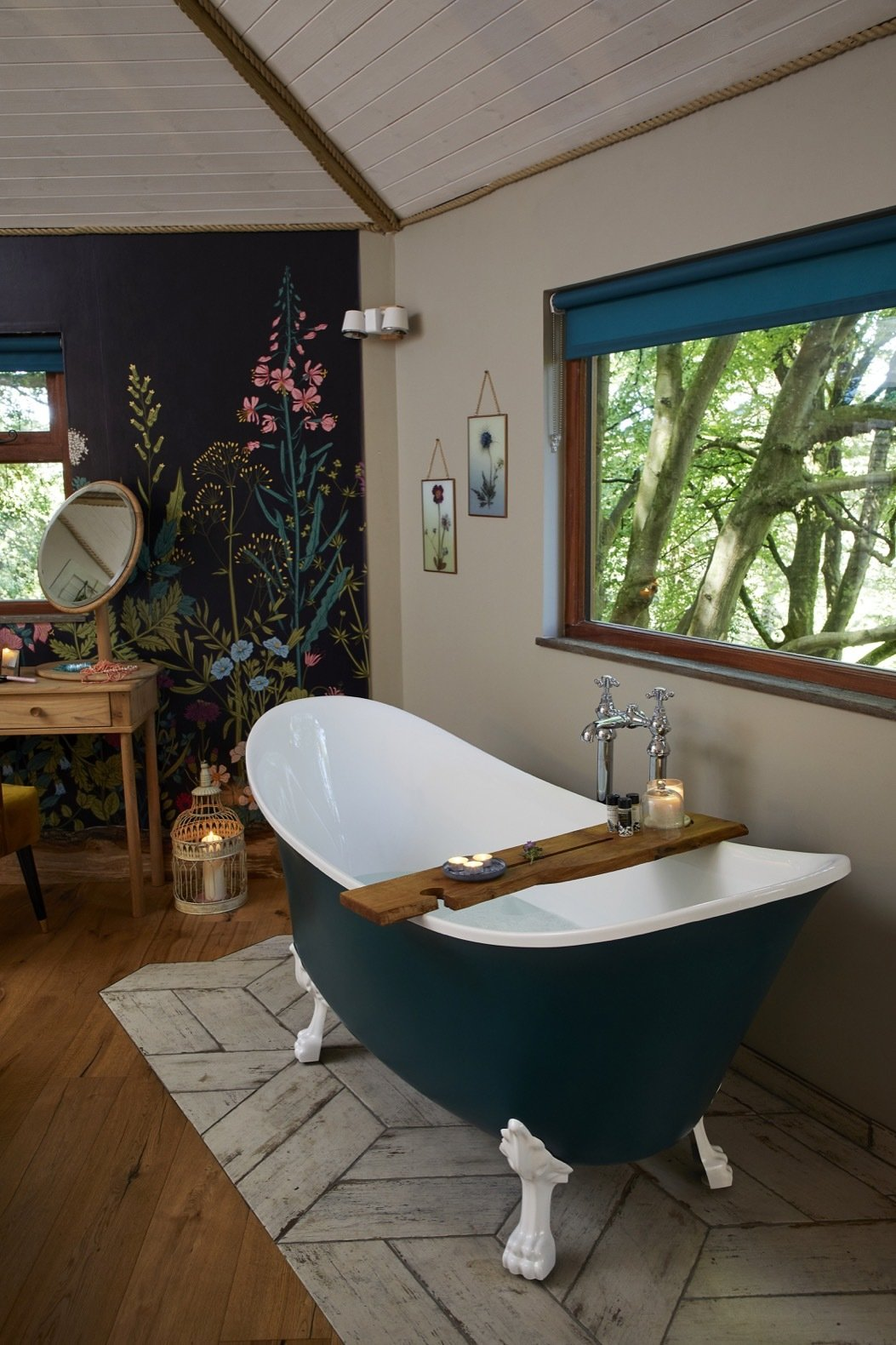 Bath Room, Wall Lighting, Medium Hardwood Floor, and Freestanding Tub The roll-top freestanding bath overlooks beautiful valley views.  Ravendere Retreats from A Luxe, Handcrafted Tree House Offers Blissful Escape Into Nature