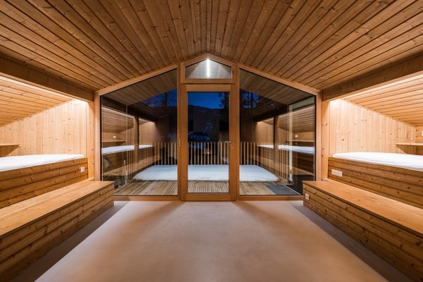 New high-performance glazing lets in plenty of light and landscape views without compromising energy efficiency. The windows are framed in larch on the interior and in dark steel on the exterior.