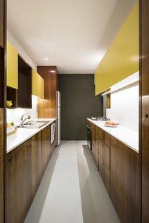 这种改造厨房功能Silestone台面和后挡板配对木橱柜用层压板。