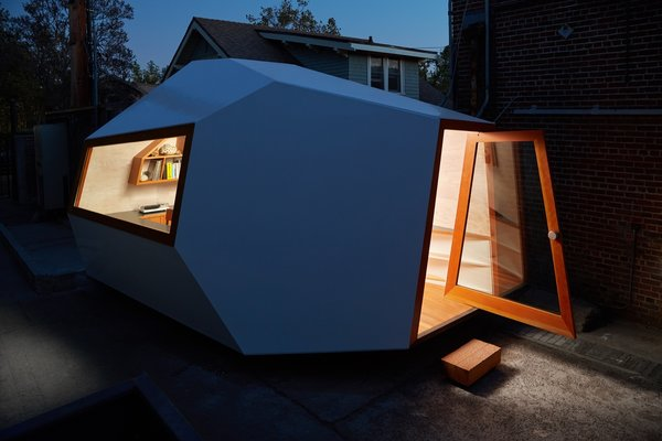 An Experimental Micro-Office Glows Like a Lighthouse in L.A.