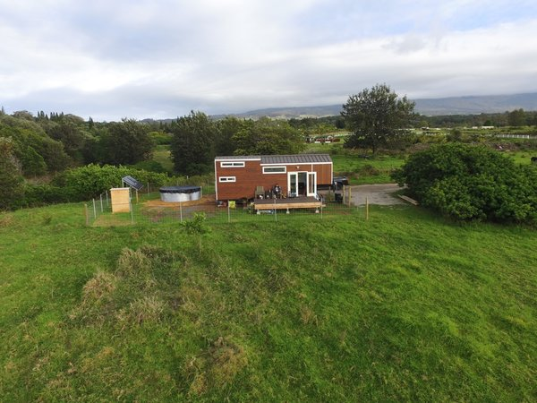 Set on a quarter-acre pasture rented from a family friend in Maui, the tiny house operates entirely off grid with electricity, water, and sewer needs handled on-site.