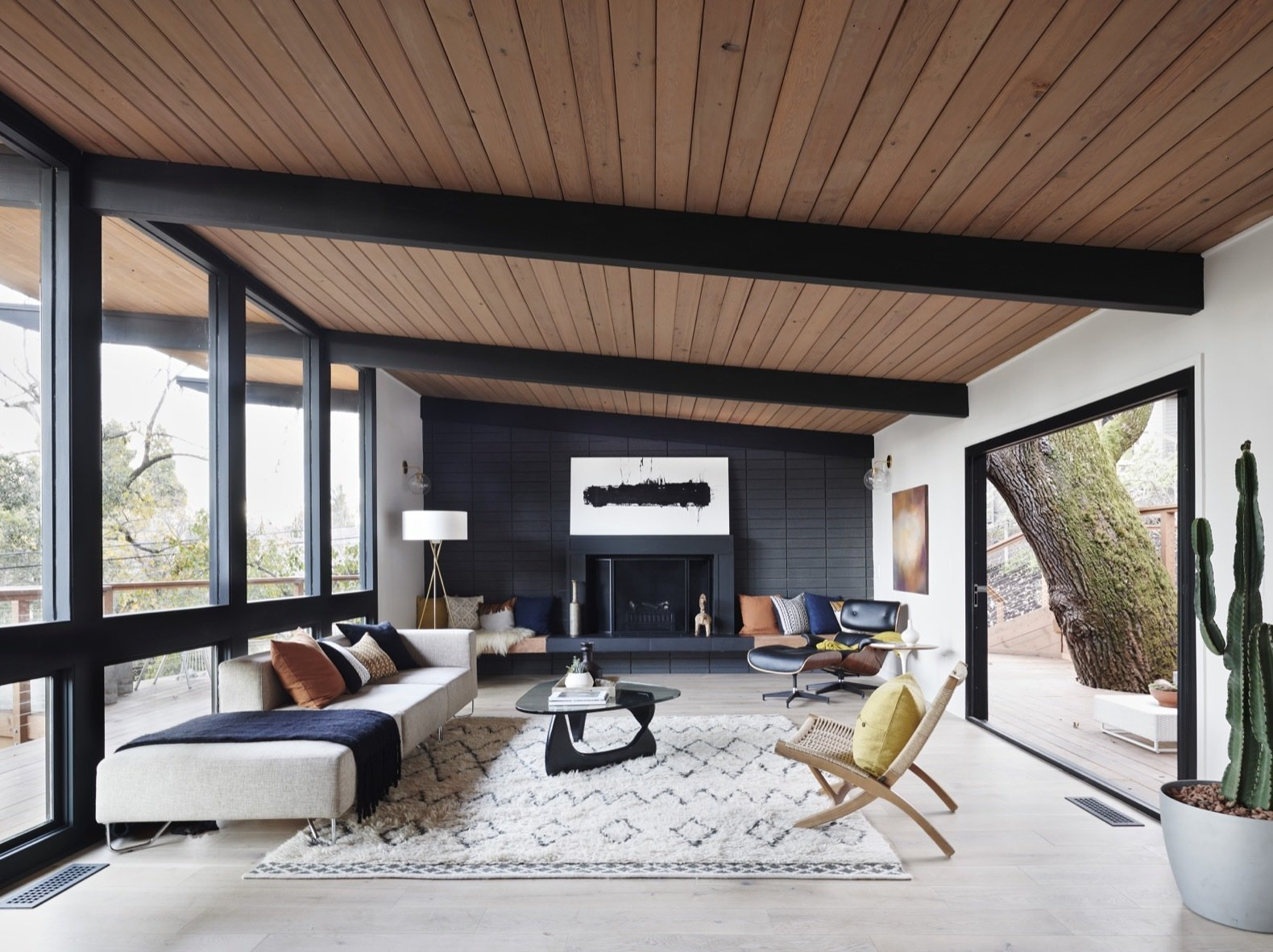 Before & After: A Midcentury Wrapped Around an Oak Tree Turns Over a New Leaf