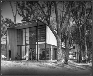 The Eames House as it appeared in 1950. Charles and Ray had intended to build two separate buildings (the house with ocean views and a hillside studio), but the couple fell in love with the beauty of the site and decided to build the structures together to conserve the landscape.