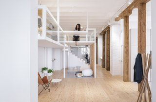 The metal structures inserted into the loft are as thin as possible and painted white so as to preserve the loft's open and airy feel.