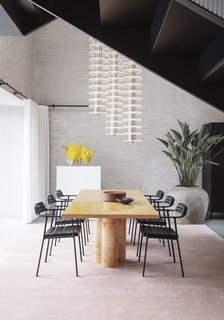 Six new versatile Vipp451 chairs are used in the dining room.