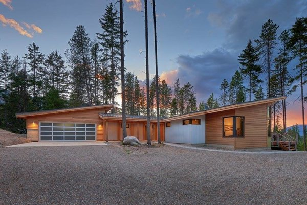 A custom 1,527-square-foot FabCab with an attached garage built in Cle Elum, Washington.