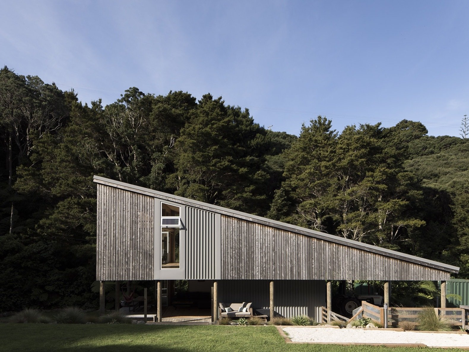 A Wedge-Shaped Home Opens Up to the New Zealand Bush
