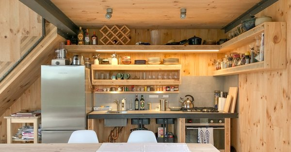 Pallets, packing fillets, and cross-laminated timber factory offcuts were repurposed as joinery fittings, including the doors, cupboards and countertops in the kitchen.