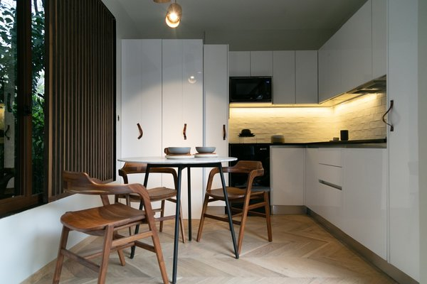 Piso Creativos FSC-certified engineered oak floors line the interiors. A Capital Studio dining table is paired with Dorica dining chairs.