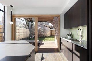 室内/室外生活以滑动玻璃门和延续到室外甲板的木地板为主。