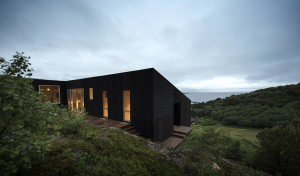Since the sloped site had low vegetation and limited natural shelter, the architects designed the building's shape to help shield the outdoor decks from the wind.