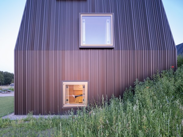 The light bronze aluminum finish of the protruding window frames were inspired by traditional farm windows that typically feature bright colors.