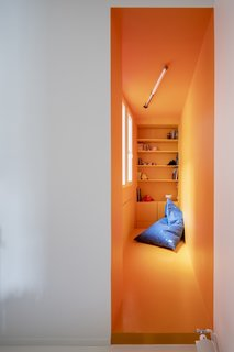 For a playful touch, the children's rooms feature surfaces made of white and orange resin.