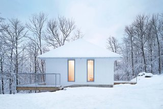 The Poisson Blanc home is topped with an economical white-painted steel roof and clad in standard white-painted pine.