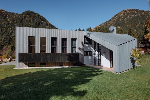The canopy and balcony at the east and west facades are made of galvanized black steel.