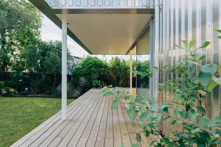 Vitex decking by Rosenfeld Kidson lines the L-shaped deck.