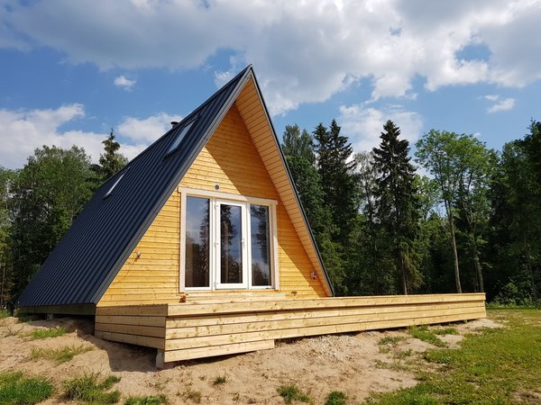 Pictured is an Avrame Duo 100 built in Southern Estonia. The Avrame EU kits come with painted exterior pine cladding as the default option, while the US kits come with fiber cement cladding. Customers also have the freedom to source a different exterior finish.