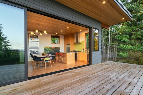 A timber palette emphasizes indoor/outdoor living. The outdoor cedar deck visually extends the interior white oak floors. The ceilings and soffits are made of hemlock.