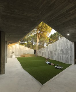 Oriented towards the south for natural light and warmth, the sloped courtyard is adapted to the irregular terrain.