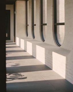 该时期的房子与当代扩展连接的桥梁,纽带大厅里面的一瞥。为了纪念这两个结构之间的阈值时,艺术家纳丁基冈制作描绘了当前城市的形象,从希腊和意大利移民家庭,和山药雏菊果树是在这个地区已经种植彩色玻璃窗户(无图)由Wurundjeri人。