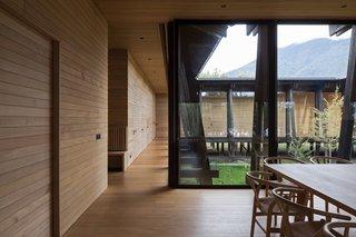所有的客房开拓外部景观的意见和看法的内部庭院。这些玻璃开口确保所有空间享受全年获得自然光。