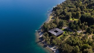 The timber holiday home is located at the edge of Lago Ranco, the fourth largest lake in Chile.