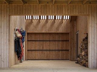 东推拉门谷仓,西两侧恶劣天气期间关闭室外室。家里的预制板被完全隔离,以尽量减少热桥。