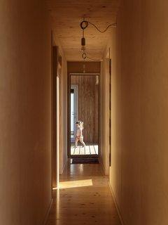 一个长长的走廊连接的开放式起居空间的卧室分支出来的左侧,与室外间前进。
