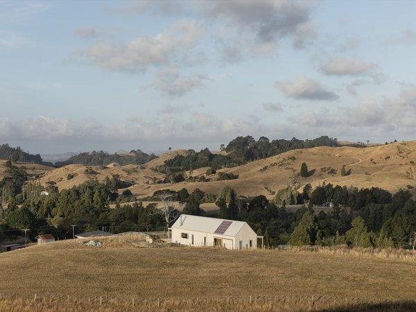 Located on farmland near the top of the Waitawheta Valley, the Karangahake House overlooks views of the Karangahake Gorge to the north, the Waitawheta River to the east, and the Kaimai Ranges to the southwest.
