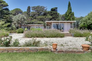 Set on a concrete slab, the prefabricated villa was constructed from 1949 to 1951.