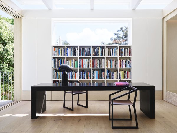 The library, also located in the quiet zone, features a custom table by Madeleine Blanchfield Architects, Henry Time SB 1901 chairs, and an Atollo lamp by Vico Magistretti for Oluce.